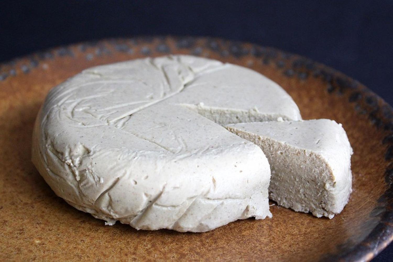 """Vilniaus užkandinė """"Sultenė"""" renginyje siūlys iš daigintų sėklų ir riešutų pagamintų sūrių."""